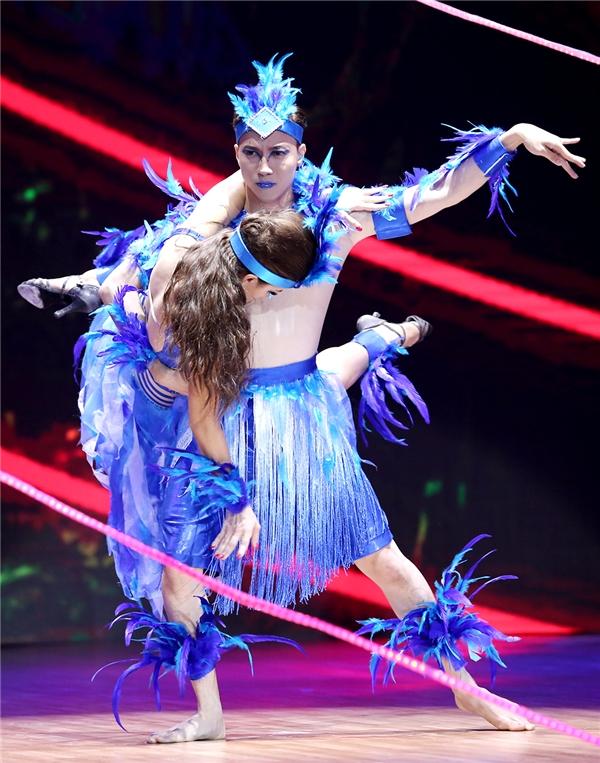 Sử dụng điệu nhảy samba quen thuộc, S.T đã có phần trình diễn đầy thành công. Sự góp mặt của những vũ công nhíkhiến tiết mục thêm phần sôi động. - Tin sao Viet - Tin tuc sao Viet - Scandal sao Viet - Tin tuc cua Sao - Tin cua Sao