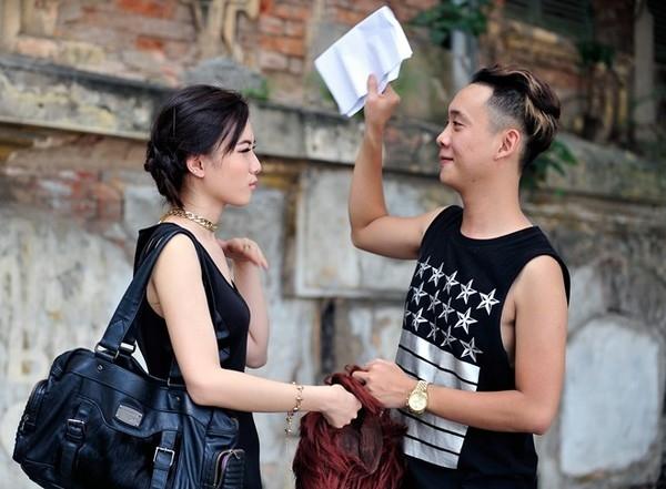 Hình ảnhJustateelo lắngchỉnh tóc và che nắng cho bạn gái Trâm Anh - Tin sao Viet - Tin tuc sao Viet - Scandal sao Viet - Tin tuc cua Sao - Tin cua Sao