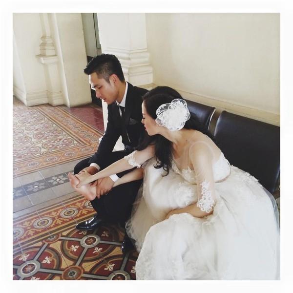 Trong ngày cưới, vì phải đi lại nhiều để chào hỏi mọi người, chân của cô bị đau, anh không ngại ngần ngồi xuống xoa bóp cho vợ. - Tin sao Viet - Tin tuc sao Viet - Scandal sao Viet - Tin tuc cua Sao - Tin cua Sao