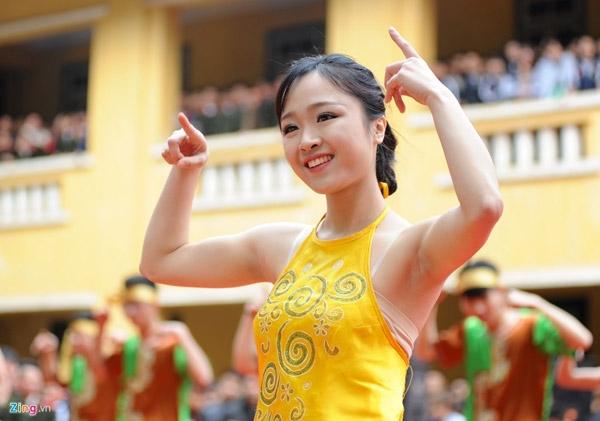 Nổi bật và thu hút nhiều ánh nhìn nhất là nhữngnữ cảnh sát tương lainhảy dân vũ.