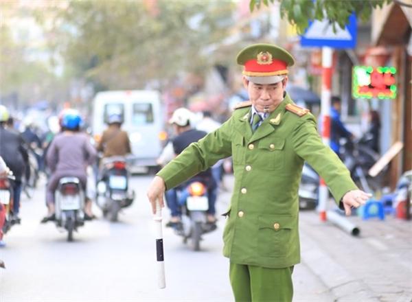 Trung tá Thông sức khỏe yếu nhưng vẫn điều tiết giao thông hàng ngày. Ảnh: Hàn Triệt.