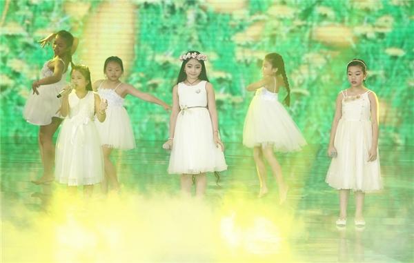 Với sự tham dự của ba giọng ca nhí đến từ The Voice Kids, tiết mục remix ca khúc Tôi thấy hoa vàng trên cỏ xanh đã mang lại cho công chúng nhiều cảm xúc mới lạ. Phần thể hiện hết mình của ba ca sĩ nhí Phương Thanh, Hồng Minh và Minh Tuyết đã tạo nên một tiết mục ấn tượng. - Tin sao Viet - Tin tuc sao Viet - Scandal sao Viet - Tin tuc cua Sao - Tin cua Sao
