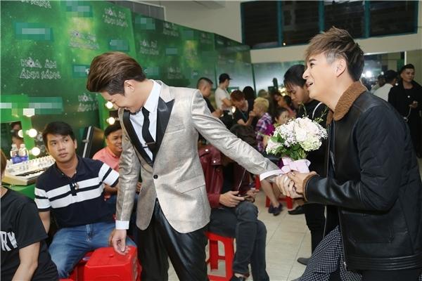 Trước khi lên sàn đấu vào liveshow 7, Ngô Kiến Huy đột ngột đem đến một bó hoa và tặng cho Noo Phước Thịnh. Tuy nhiên anh chàng lại bị từ chối thẳng thừng. - Tin sao Viet - Tin tuc sao Viet - Scandal sao Viet - Tin tuc cua Sao - Tin cua Sao