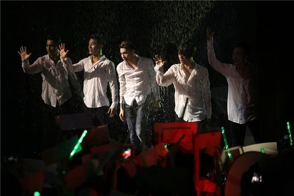 Ấn tượng nhất có thể nói đến màn hát dưới mưa đầy quyến rũ của anh chàng trong đêm chung kết. - Tin sao Viet - Tin tuc sao Viet - Scandal sao Viet - Tin tuc cua Sao - Tin cua Sao