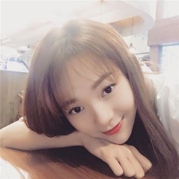 Minh Hằng là một trong những mĩ nhân đầu tiên lăngxê tóc mái thưa trong khoảng thời gian đầu năm 2016 này.