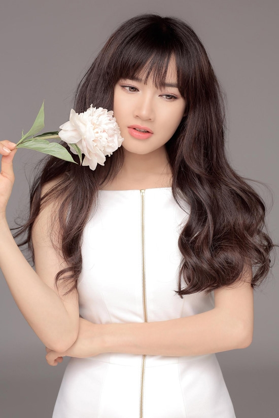 Vẻ ngoài ngọt ngào, trẻ trung của Nhã Phương gần như hoàn hảo hơn với tóc mái thưa kết hợp uốn lọn gợn sóng.