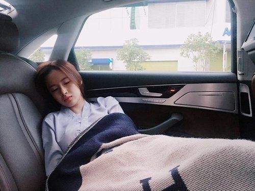 Angela Phương Trinh tự tin khoe ảnh bị chụp lén xinh như thiên thần khi mình ngủ quên trên xe ô tô trên đường tới chùa Bà Thiên Hậu (Bình Dương) để lễ Phật. - Tin sao Viet - Tin tuc sao Viet - Scandal sao Viet - Tin tuc cua Sao - Tin cua Sao