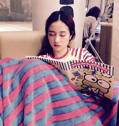 Hot girl Jun Vũ (Vũ Phương Anh) ngủ quên ở một quán cà phê vì mải mê học hành. - Tin sao Viet - Tin tuc sao Viet - Scandal sao Viet - Tin tuc cua Sao - Tin cua Sao