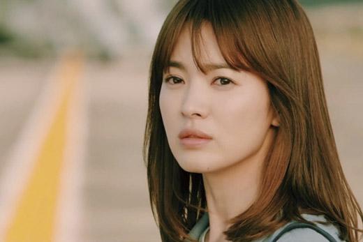 """Sự trở lại của Song Hye Kyo trong """"Hậu duệ mặt trời"""" đã kéo mốt tóc chấm vai hot trở lại. (Ảnh: Internet)   Tạo hình đầy nữ tính cùng kiểu tóc chấm vai suôn mượt, mái lưa thưacủa bác sĩ Kang trong phim. (Ảnh: Internet)"""