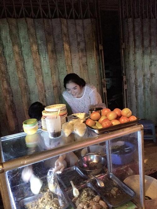 Hình ảnh người đẹp trò chuyện, tự múc món xôi cốm dừa đậu xanh trên chiếc xe bán hàng rong cũng như khoảnh khắc cô đang nhiệt tình… ngắm người chủ quán lấy thức ăn khiến nhiều fan thích thú. - Tin sao Viet - Tin tuc sao Viet - Scandal sao Viet - Tin tuc cua Sao - Tin cua Sao