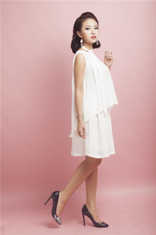 Chiếc váy suông hai tầng bèo với chất liệu voan cát làm tông lên vẻ nhẹ nhàng nhưng không kém phần kiêu sa. Sắc trắng tinh khôi cùng những đường cắt may tinh tế là gợi ý không thể tốt hơn mà Vân Hugo dành cho các quý cô sành điệu.