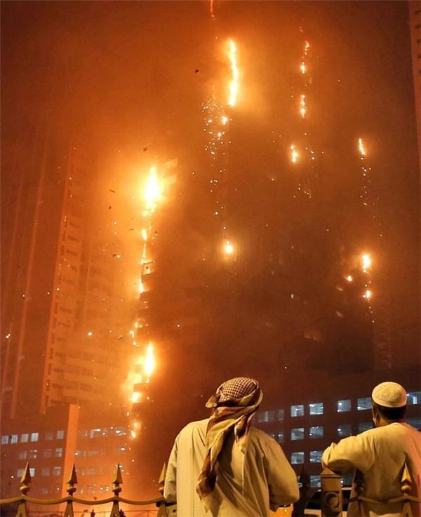 Vụ hỏa hoạn ở Ajman xảy ra chưa đầy 3 tháng sau vụ cháy cao ốc 63 tầng gần khu mua sắm sầm uất nhất của tiểu vương quốc Dubai. Theo các chuyên gia xây dựng, việc sử dụng loạt vật liệu dễ bắt lửa để trang trí các công trình là nguyên nhân gây ra hỏa hoạn. Nó khiến ngọn lửa lan nhanh qua các tòa nhà.