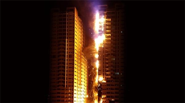 Hiện tại, người ta chưa xác định chính xác nguyên nhân sự cố ở cao ốc tại Ajman. Tuy nhiên, hình ảnh vụ cháy tương đồng với các vụ hỏa hoạn trước đó khiến nhiều người nghi ngờ loại vật liệu trang trí thiếu an toàn là nguyên nhân gây ra hỏa hoạn.