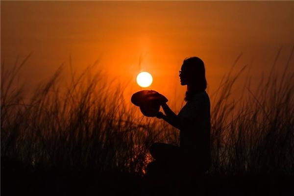 Khi hoàng hôn buông xuống, cánh đồng trở nên huyền ảo vàđầy cuốn hút.(Ảnh: Huỳnh Lê Tuấn)