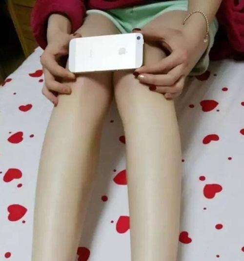 Thiếu nữ TQ rộ trào lưu đo đầu gối bằng Iphone 6
