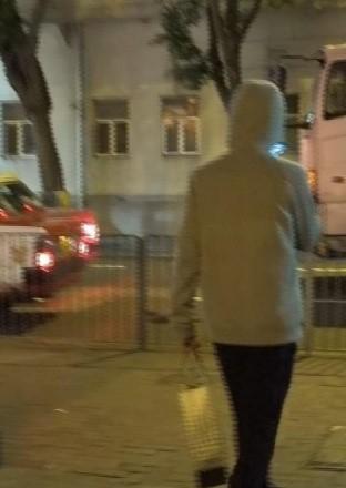 Châu Tinh Trì với hình ảnh mới nhất khi ra về với túi đồ ăn thừa được gói cẩn thận. Ảnh: Nam Đô.