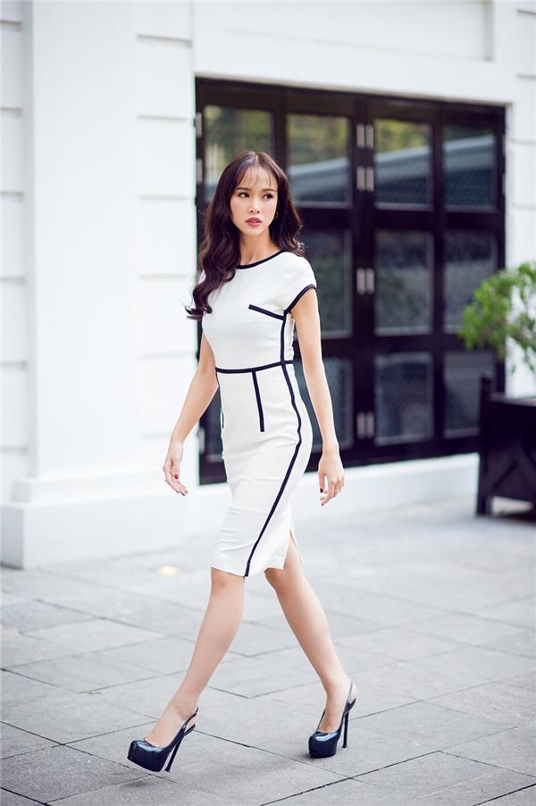 Cô bổng chốc trở thành một quý cô hiện đại, sang trọng nhưng vẫn toát lên vẻ đẹp thanh tao của người con gái Hà Nội.