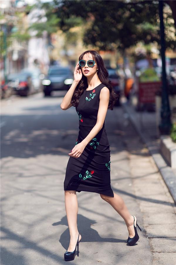 Cô không chỉ sở hữu nhan sắc nhẹ nhàng cùng thân hình quyến rũ mà còn lôi cuốn công chúng bởi phong cách thời trang sang trọng nhưng rất tinh tế.