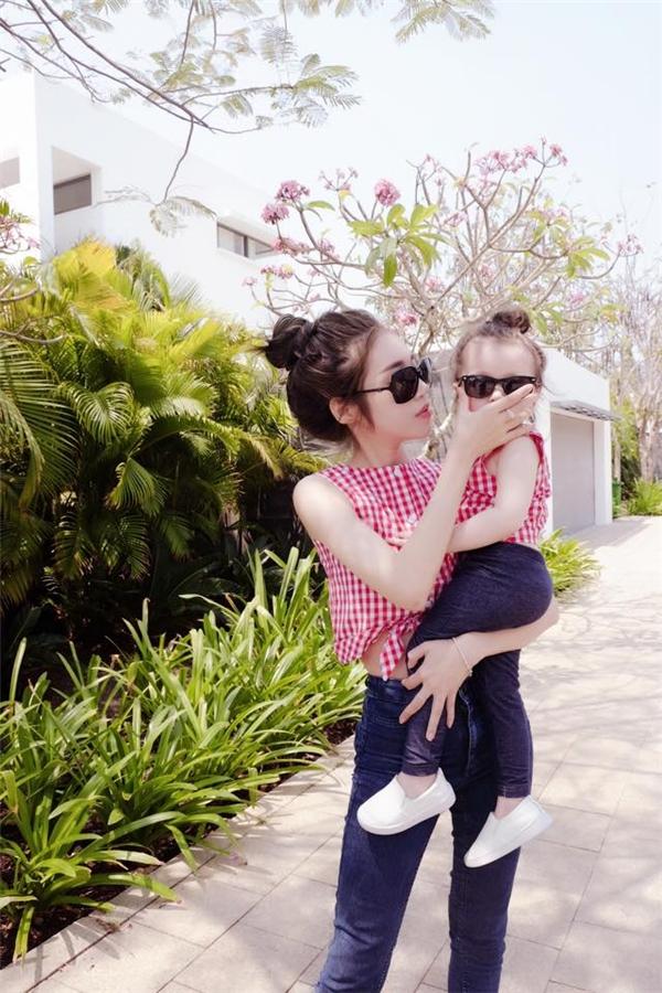 Nhiều phụ nữ có con gái cũng đang học tập theo phong cách của mẹ con Elly Trần, lấy đó làm động lực để tận hưởng cuộc sống của những người có gia đình, con cái. - Tin sao Viet - Tin tuc sao Viet - Scandal sao Viet - Tin tuc cua Sao - Tin cua Sao