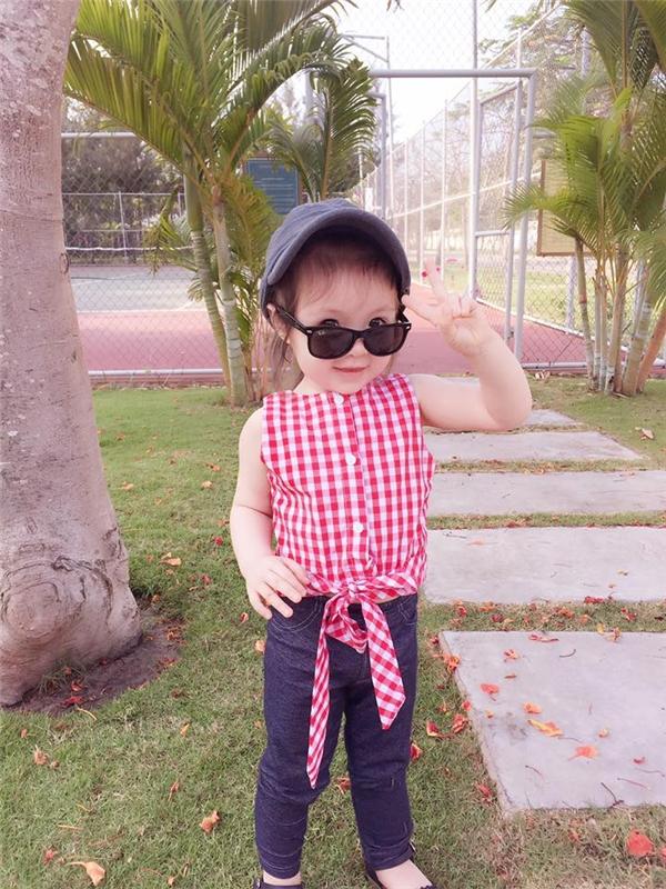 """Khoảnh khắc """"yêu không tả nỗi"""" của """"quý cô"""" Cadie Mộc Trà.Ngay từ nhỏ, cô công chúa nhỏ nhàElly Trần đã được mẹchăm chút từng li từng tí, đặc biệt là những trang phục rất sành điệu và có sựkết hợp cùng phong cách vớimẹ. - Tin sao Viet - Tin tuc sao Viet - Scandal sao Viet - Tin tuc cua Sao - Tin cua Sao"""
