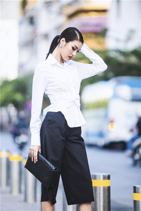 Xu hướng thời trang thay đổi theo từng mùa, nhưng đen - trắng là hai tông màu chưa bao giờ lỗi mốt. Không cần màu sắc nổi bật, Lan Khuêvẫn quyến rũnhưng lại rấtcá tính.