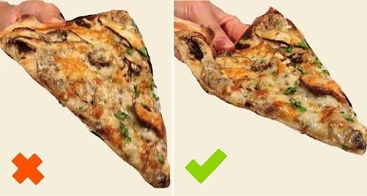 """Cầm pizza """"đúng điệu"""" là phải như vầy! (Ảnh: Internet)"""
