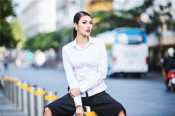 Trang phục đơn giản nhưng Lan Khuê vẫn nổi bật nhờ màu son đỏ ấn tượng.