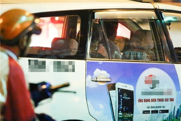 Khi Trấn Thành diễn tiết mục cuối thì Hari nhanh chóng di chuyển ra taxi để tránh sự để ý của khán giả. - Tin sao Viet - Tin tuc sao Viet - Scandal sao Viet - Tin tuc cua Sao - Tin cua Sao