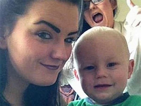 Bóng một em bé áo hồng đằng sau lưng cô và các con. (Ảnh: Internet)