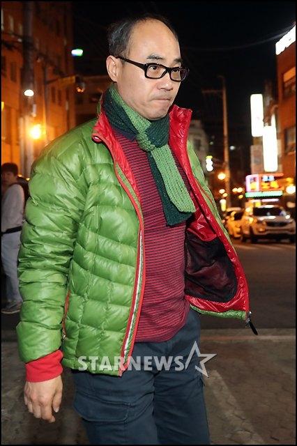 Ngài tổng tư lệnh, Kang Shin Il, xuất hiện với trang phục trẻ trung, năng động.