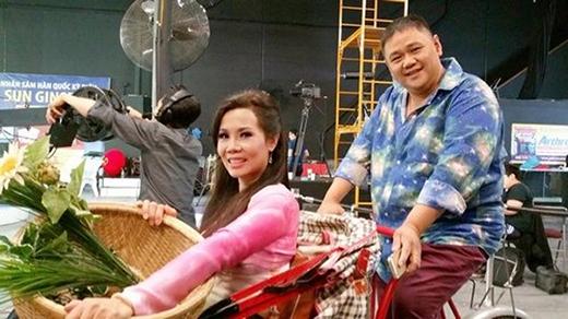 Chủ sân khấu Sao Minh Béo luôn cười tươi trong những bức ảnh hậu trường chuẩn bị lên sân khấu. - Tin sao Viet - Tin tuc sao Viet - Scandal sao Viet - Tin tuc cua Sao - Tin cua Sao