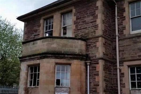 Ảnh chụp cửa sổ lầu 1 của bệnh viện tâm thần cũ đã được đóng cửa 15 năm nay. (Ảnh: Internet)