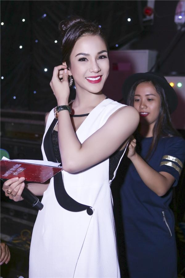 Nữ diễn viên kiêm MC diện trang phục thanh lịch và tinh tế, khoe nhan sắc ngày càng xinh đẹp. - Tin sao Viet - Tin tuc sao Viet - Scandal sao Viet - Tin tuc cua Sao - Tin cua Sao