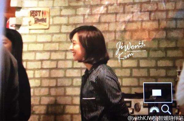 Do lịch trình bận rộn nên Kim Ji Won đã đến trễ so với các diễn viên khác. Gương mặt xinh đẹp cùng nụ cười rạng ngời của nữ diễn viên cũng thu hút sự chú ý của mọi người.