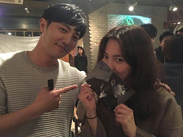 Jin Goo kítặng bạn diễn Song Hye Kyo.