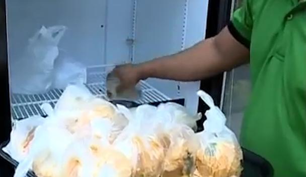 Chủ nhà hàng đặt tủ lạnh trước cửa cho người vô gia cư