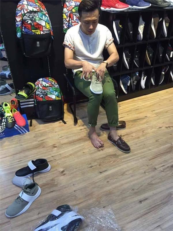 Trấn Thành đưa Hari Won đi thử giày tại một cửa hàng thời trang ở Quận 1. - Tin sao Viet - Tin tuc sao Viet - Scandal sao Viet - Tin tuc cua Sao - Tin cua Sao