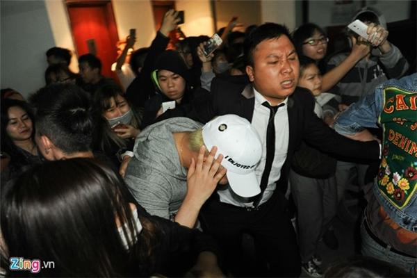 Seungri (Big Bang) ôm đầu chạy thoát khỏi fan Hà Nội