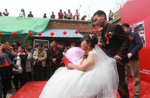 Đám cưới ngập nước mắt hạnh phúc của cô dâu bị liệt