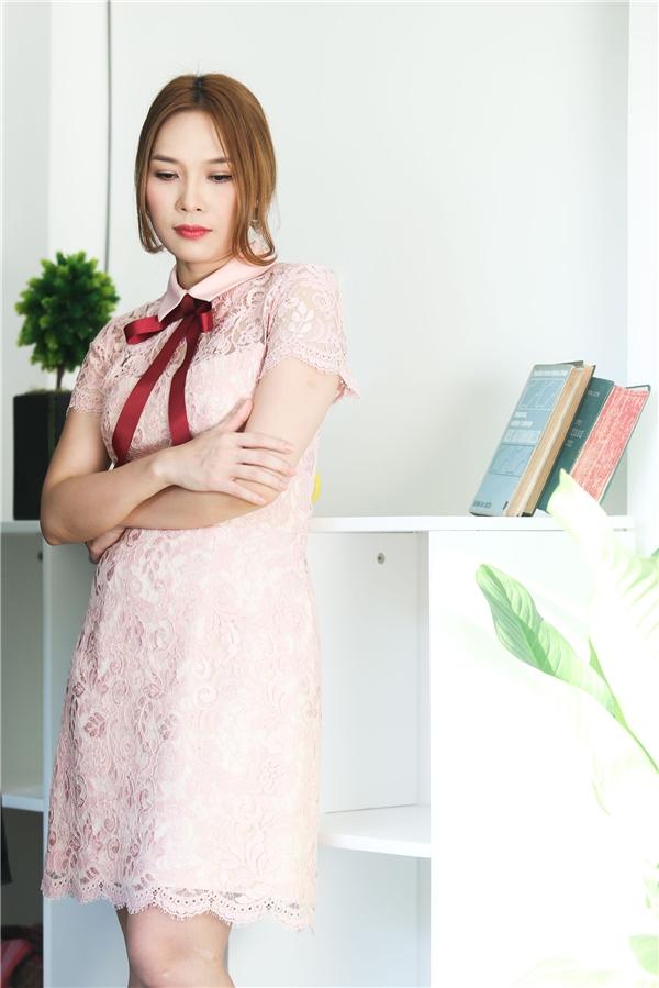 Ren - một trong những xu hướng hot nhất mùa thời trang Xuân - Hè 2016 cũng được nữ ca sĩ gốc Đà Nẵng cập nhật trong MV mới ra mắt.