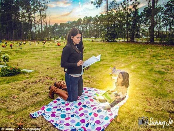 """Ditty đọc cho Macy Grace nghe cuốn sách cô bé yêu thích nhất, """"The Giving Tree (tạm dịch: Cây Chia sẻ)"""". (Ảnh: Internet)"""