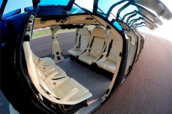 Bên trong xe đầy đủ tiện nghi, có cả WIFI và TV.