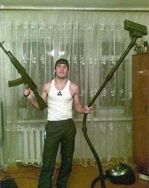 Nam nhi chi chí phải vừa có thể cầm máy hút bụi vừa cầm súng?! (Ảnh: Internet)