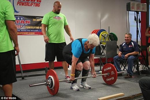 Kinh ngạc cụ bà 78 tuổi nâng tạ nặng 102kg