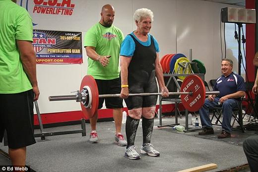 Cụ bàShirley Webb, 78 tuổi, có thể nâng được mức tạ 102kg. (Ảnh: Ed Webb)