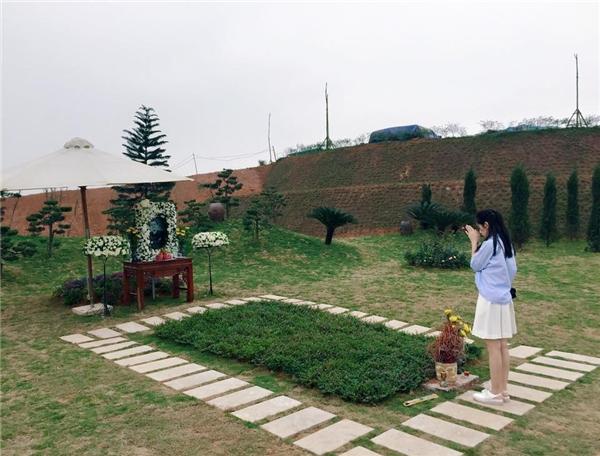 Chi Pu thành kính viếng mộ hai vị cố nhạc sĩ Thanh Tùng, Trần Lập