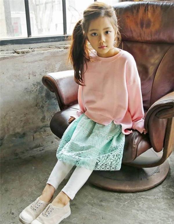 Gương mặt đặc biệtvừa mang nét thiên thần ngây thơ, lại mang chút gì đó lạnh lùng, suy tư của người lớn giúpHwang Si Eun thành công trong nhiều chương trình quảng cáo. (Ảnh: Internet)