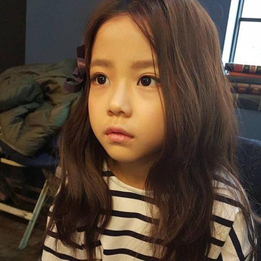 Đôi mắt xoe tròn đen lay láycủaHwang Si Eun hút hồn người xem không thua kém gì các hotgirl thực thụ.(Ảnh: Internet)