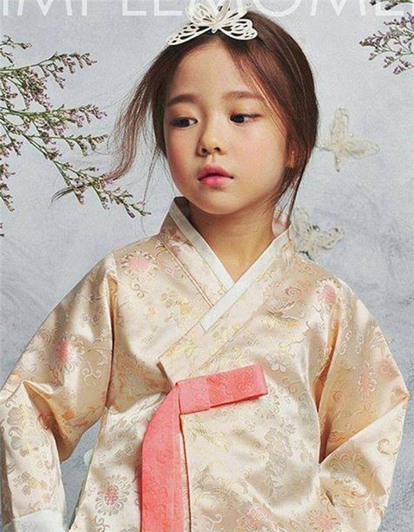 """Trong những bộ trang phục truyền thống, sức hút của bé gái """"vạn người mê"""" này càng mạnh mẽ hơn bao giờ hết.(Ảnh: Internet)"""