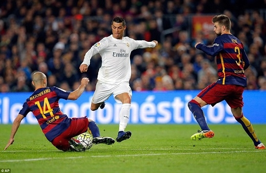 C.Ronaldo cùng đồng đội chiến thắng Barcelona chỉ với 10 người. (Ảnh: AP)